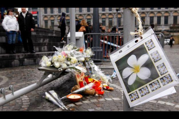 Sur la place Saint-Lambert, la foule dépose des objets en souvenir des victimes.