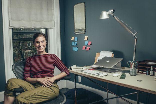 Sur son bureau, un Mac, évidemment ! A 41 ans, Lisa Brennan-Jobs voit désormais le bon côté des choses : « Mon père m'a toujours empêchée de me reposer sur mes lauriers. » A Brooklyn, le 22 octobre.