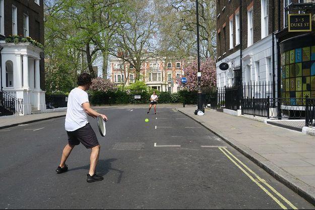 Pas de Wimbledon, mais Mady Margadant et Alex Bodikian jouent au tennis sur Duke Street, à Mayfair.
