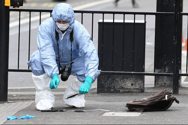 Trois grands couteaux au sol sur le lieu de l'incident.