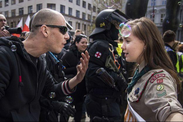 Lucie Myslikova durant la contre-manifestation du 1er mai à Brno, en République tchèque.
