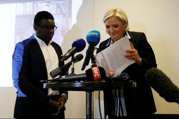 Marine Le Pen et Andrea Ngombet du collectif Sassoufit, à l'origine de cette rencontre sur les relations Afrique - France. Le 2 mai 2017 à Paris.