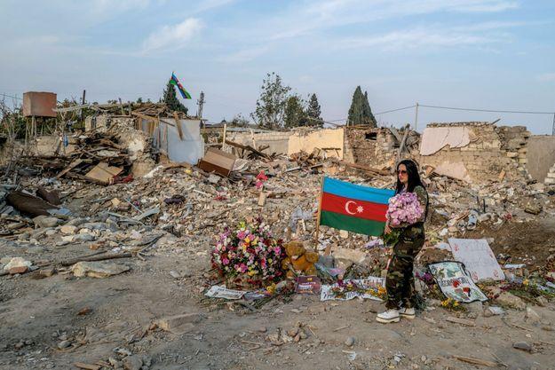 Les flammes du désespoir, le 15 novembre à Cherektar. Cet Arménien d'une des zones restituées à l'Azerbaïdjan a préféré brûler sa maison plutôt que de la céder à l'ennemi.