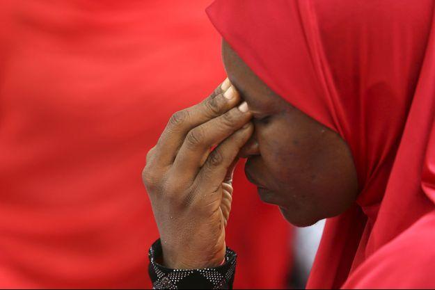 Une femme pleure les 219 lycéennes à Chibok.