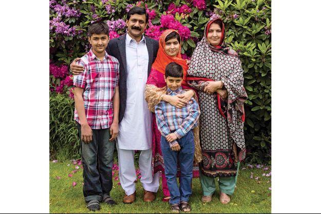 La famille au complet vit à Birmingham, en Angleterre ; Malala est en rouge, au centre.
