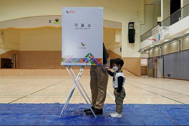 Un citoyen sud-coréen vote en compagnie de son enfant le 15 avril 2020.