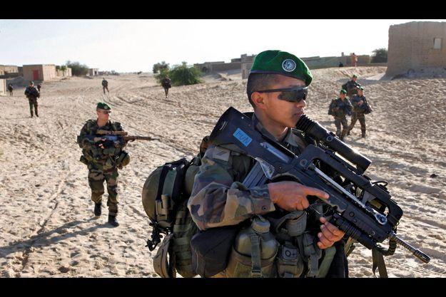 Mardi 29 janvier, 9 h 17. Les bérets verts du 2e Rep, armés de leurs Famas, dans Tombouctou.
