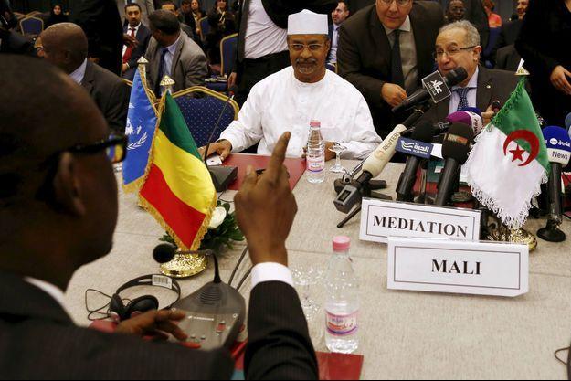 Le Ministre des Affaires Etrangères du Mali Abdoulaye Diop et son homologue algérien Ramtane Lamamra avec Mahamat Saleh Annadif, chef de la MINUSMA à Alger le 18 Janvier 2016.