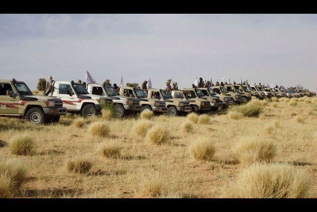 Mercredi 9 janvier 2013, deux jours avant la bataille de Konna : rangés en épi, des « technicals » des combattants d'Ansar Dine, l'une des deux principales milices. Les hélicoptères des forces spéciales basées au Burkina ont eu raison de leur puissance de feu.
