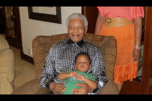 Nelson Mandela avec le plus jeune de ses arrière-petits-fils, Zen.