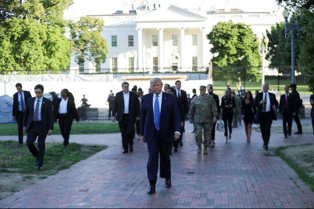 Le président américain Donald Trump parcourt Lafayette Park pour visiter l'église épiscopale de St.John's en face de la Maison Blanche lors des manifestations en cours contre les inégalités raciales à la suite de la mort de George Floyd.