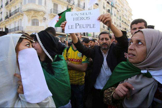 Les Algériens d'Alger dans la rue ce vendredi.