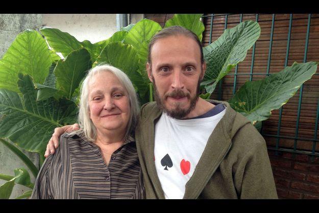 Maria Elena Bergoglio, la soeur du pape, avec son fils Jorge, devant leur maison de Ituzaingo, une banlieue défavorisée de Buenos Aires.