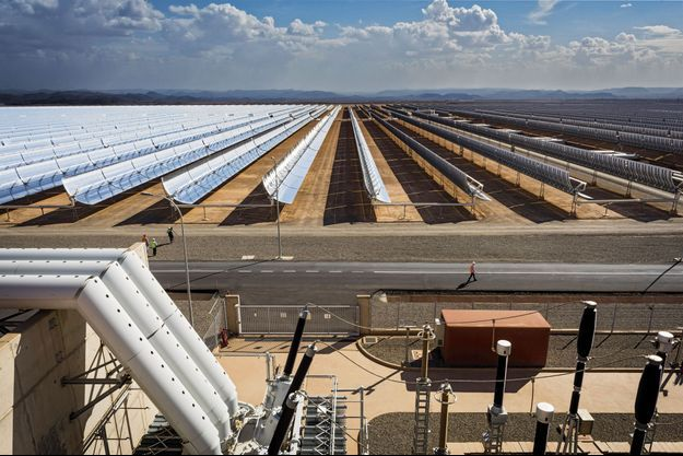 Noor I : Un demi-million de miroirs paraboliques sur 450 hectares, l'équivalent de 600 terrains de football.