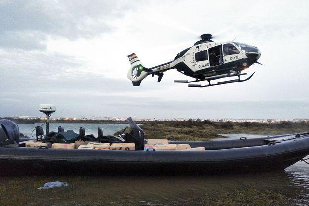 En avril 2019, les hommes de la Guardia Civil mènent l'opération Cresta à Ayamonte, sur un bras du fleuve Guadiana (province de Huelva). Bilan des saisies : environ 3 tonnes de cannabis et 4 canots appelés « lanchas » par les Espagnols.