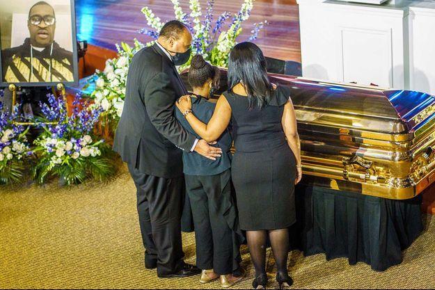 Martin Luther King III et sa famille se recueillent devant le cercueil de George Floyd, le 4 juin à Minneapolis.