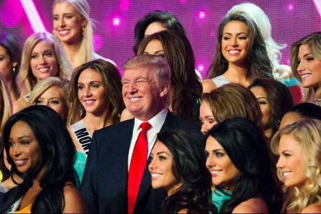 Donald Trump avec les participantes de Miss USA 2013, durant les répétitions à Las Vegas, le 15 juin 2013.