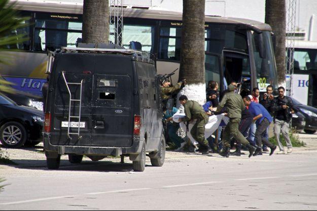 Le 18 mars, à Tunis, sur le parking du musée du Bardo, alors que la tuerie continue à l'intérieur.