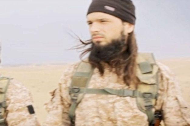 Extrait de la vidéo difusée novembre 2014 par l'EI. Maxime Hauchard est un des bourreaux qui s'apprêtent à assassiner leurs prisonniers.