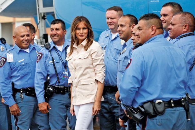 A l'aéroport de McAllen avec des officiers de la police locale, avant son retour vers Washington.