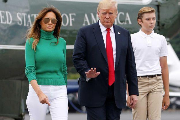Melania et Donald Trump en compagnie de leur fils Barron, en août 2018 dans le New Jersey.