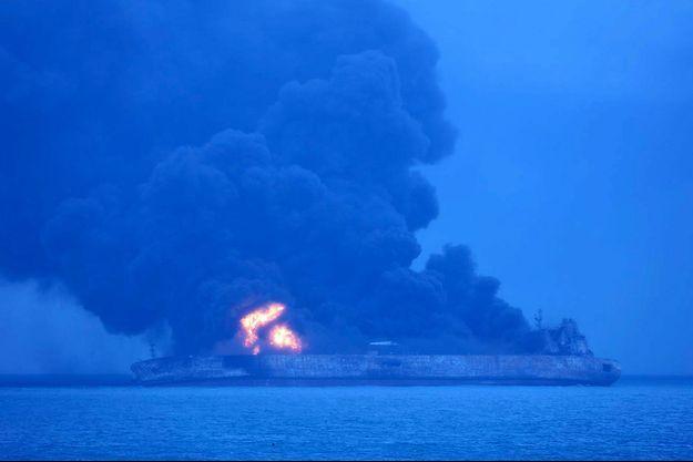 Le navire en feu en mer de Chine.