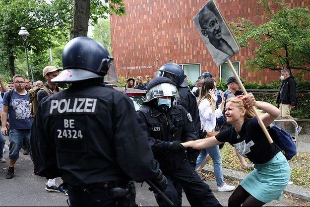 Affrontements entre policiers et manifestants à Berlin dimanche.