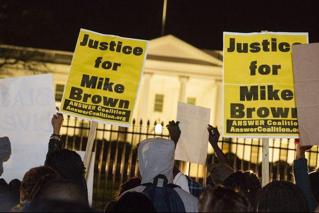 De nombreux Américains ont protesté devant la Maison Blanche.