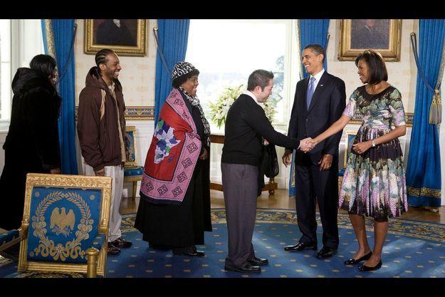 Barack et Michelle Obama saluant des membres du public présent à la Maison-Blanche dans le cadre d'une visite guidée, le 21 janvier dernier.