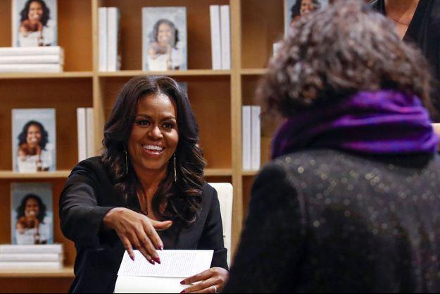 """Michelle Obama lors d'une séance de dédicaces de ses Mémoires """"Becoming"""", à Chicago."""