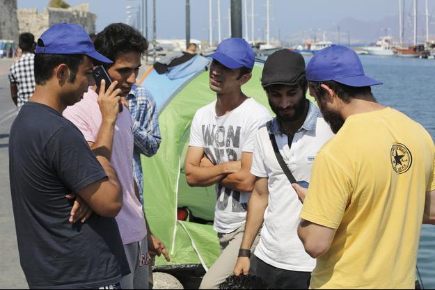 Ils sont arrivés en Europe quasiment sans bagages, juste équipés d'un portable. Leur souci permanent : trouver un chargeur et du réseau.