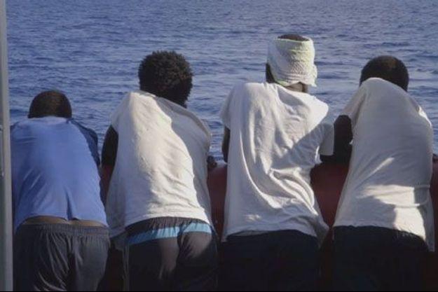Migrants sur le pont de l'Ocean Viking