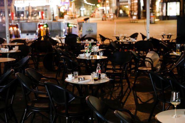 Les tables de café abandonnées pendant l'attaque terroriste dans le centre de Vienne.
