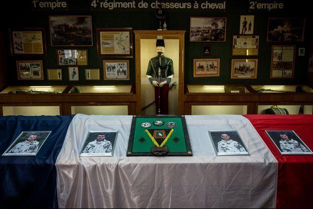 Photo prise à Gap en hommage aux quatre soldats du Régiment de chasseurs.