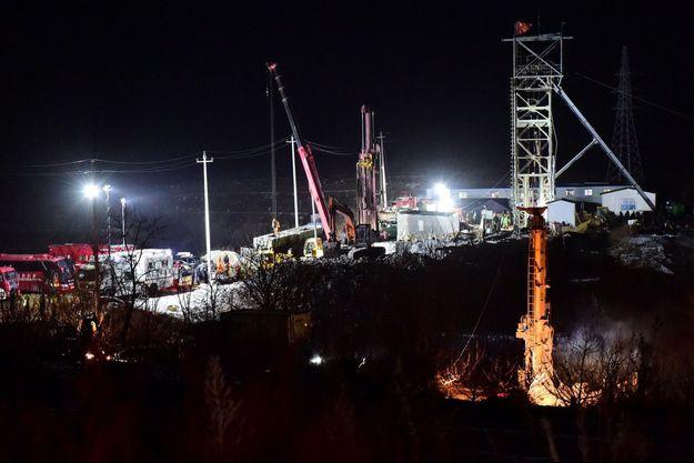 Vingt-deux mineurs sont bloqués depuis une semaine à Qixia, en Chine.