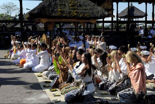Les candidates priant au temple Pura Besakih le 11 septembre dernier.