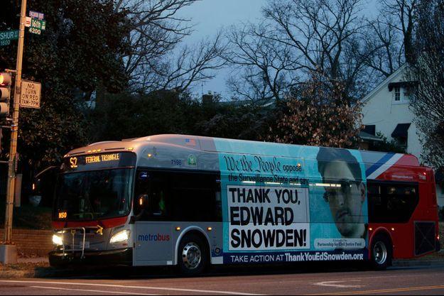 Un bus recouvert d'une publicité remerciant Edward Snowden a roulé dans les rues de Washington vendredi dernier.