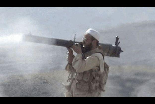 Moez Garsallaoui, début 2008, dans une zone tribale du Pakistan. Son bazooka est une arme pour attirer les recrues.