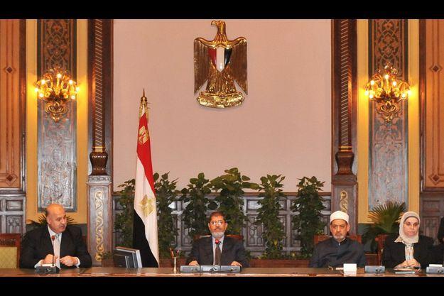 Mohamed Morsi, au centre, pendant la réunion au palais présidentiel, samedi.