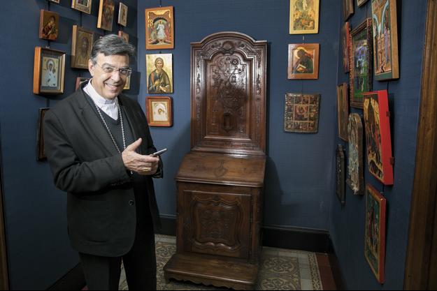 Entouré d'icônes et pianotant avec son Smartphone, Michel Aupetit, 66 ans, dans le vestibule de la chapelle de l'archevêché, situé rue Barbet-de-Jouy dans le VIIe arrondissement.