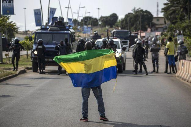 Un manifestant déploie le drapeau gabonais le 31 août 2016 à Libreville après l'annonce des résultats