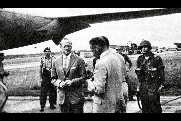 La dernière photo de Monsieur H, (de dos, en costume clair), « mort pour l'Onu », s'apprêtant à monter à bord du DC-6 qui va se crasher