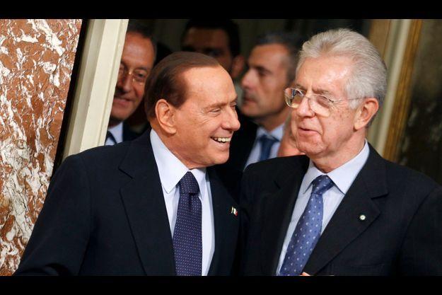 Silvio Berlusconi et Mario Monti au palais Chigi, à Rome, le 16 novembre 2011.
