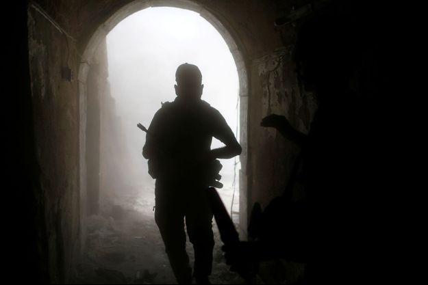 Un combattant dans l'ombre, à Mossoul.