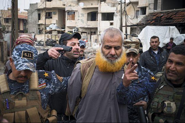 Le 5 mars, le cousin du calife al-Baghdadi est arrêté: le « prêcheur » Muhammed Abdulwahab Muhammed, escorté par les forces de police irakienne.