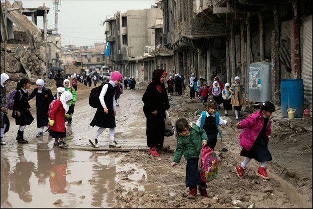Pour rejoindre l'école, les enfants doivent marcher dans les gravats de la vieille ville, presque entièrement détruite.