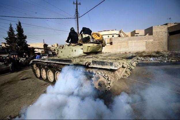 Les blindés des forces irakiennes sont dans les faubourgs de la vieille ville de Mossoul.