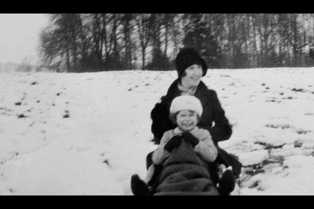 La future Elizabeth II et sa nanny, Margaret MacDonald, sur une luge aux début des années 30.