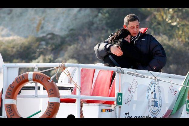 La maman de Dyana, Susy Albertini, est consolée par un proche lors d'une viste sur le site du naufrage du Costa Concordia, le 13 février dernier. Un mois jour pour jour après le naufrage.
