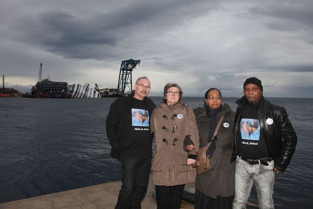 De gauche à droite, Alain et Brigitte Litzler, les parents de Mylène, 23 ans, Hilaire et Chislène Blémand, le père et la mère de Mickaël, 25 ans. Amoureux, les deux jeunes gens ont trouvé la mort ensemble dans le naufrage du Costa Concordia.